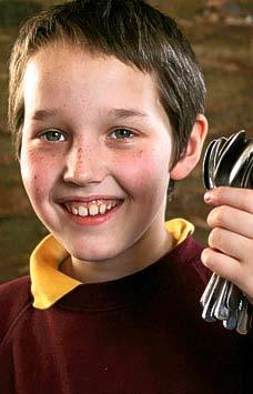 9-летний мальчик установил мировой рекорд, уравновешивая 16 ложек на своем лице