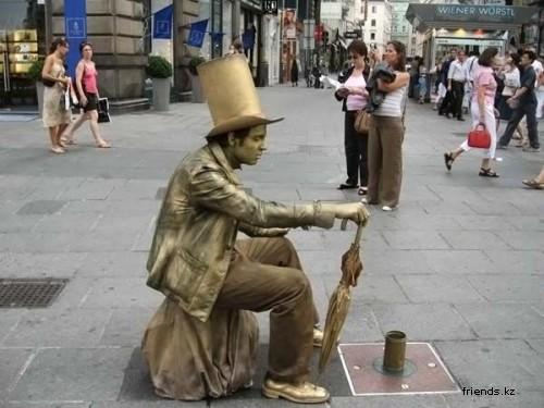 Живые статуи: как безработные актеры развлекают туристов?