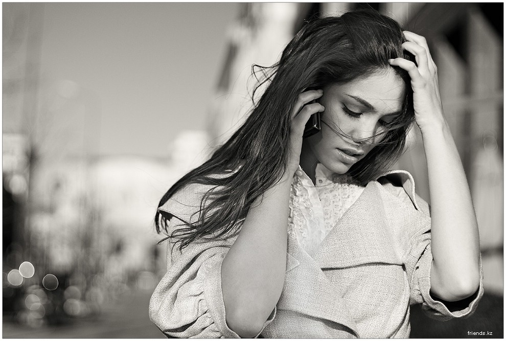 Девушка говорит по телефону фото 5