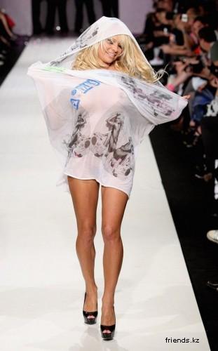 Памела Андерсон прошлась кошачьей походной на показе мод