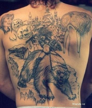 Татуировка с изображение медведя с наездницей, а вы такое видели...