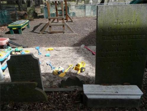 Детская площадка на кладбище