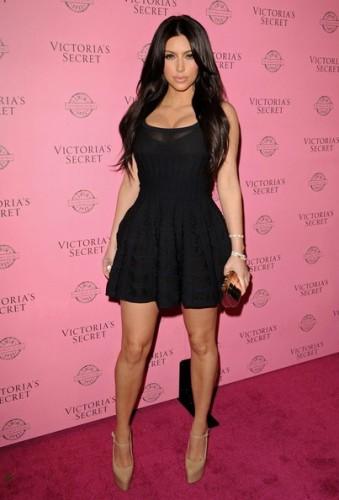 По фотографиям не скажешь, но Ким Кардашян ростом всего лишь 160 см. и