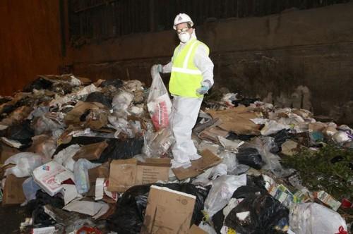 Муж нашел кольцо жены в 9 тоннах мусора