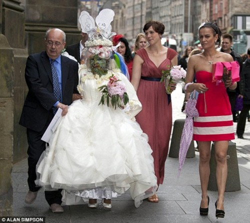 Самая дырявая женщина в мире вышла замуж